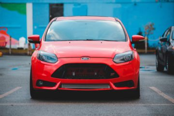 Rød Ford Focus forrude