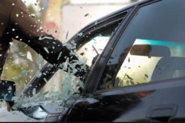 indbrud i bil siderude knuses