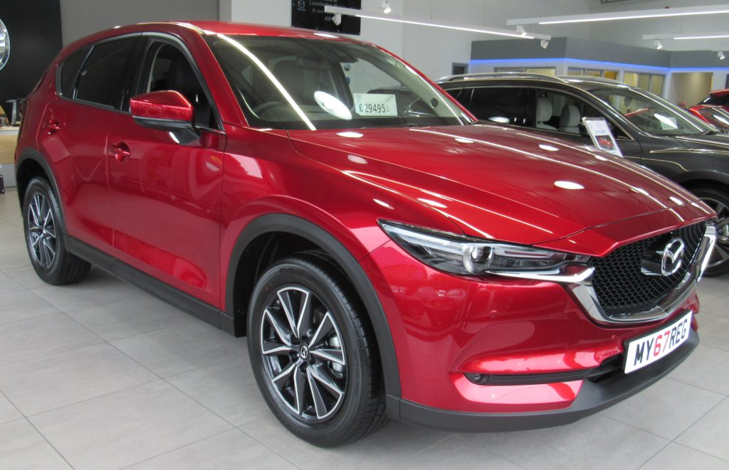 Mazda CX-5 bil i rød farve  med prisskilt i forruden